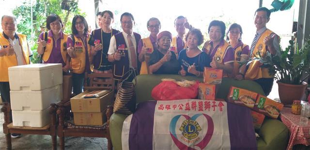 國際獅子會300-E2區總監陳燈慎與各分會會長共同捐贈瑪利亞收容所物資合照。(攝影/余介境)