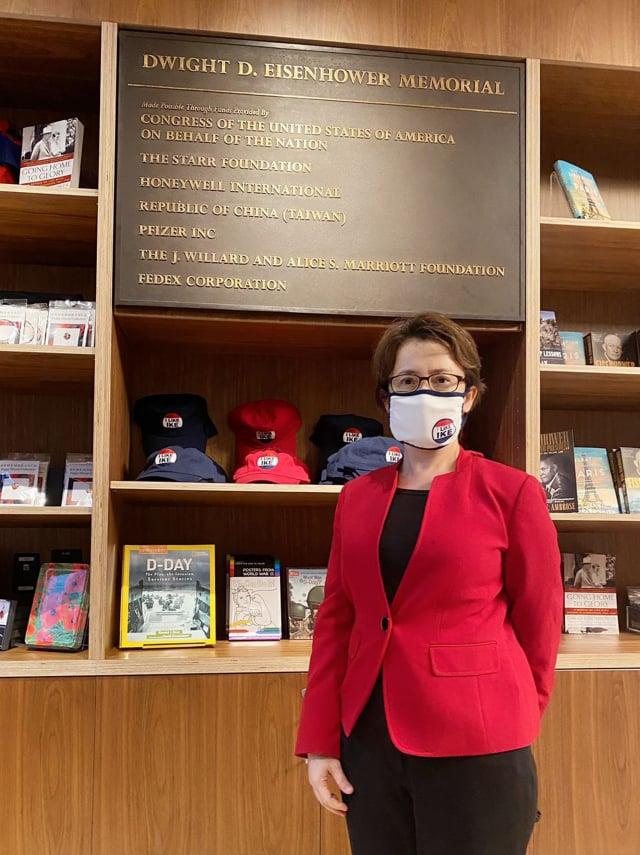前美國總統艾森豪紀念堂美東時間17日在華府落成,駐美代表蕭美琴代表政府出席開幕式,紀念堂書店捐贈者牆上刻印中華民國臺灣。(中央社)
