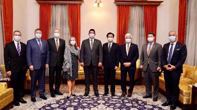 外交部長吳釗燮(右4)18日在臺北賓館會晤美國國務院次卿柯拉克(左5)一行,美國在台協會(AIT)處長酈英傑(左3)隨行。(中央社)