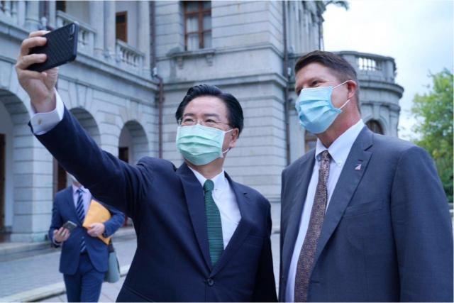 外交部長吳釗燮邀請美國務院次卿柯拉克一同在臺北賓館後陽臺自拍。(外交部提供)