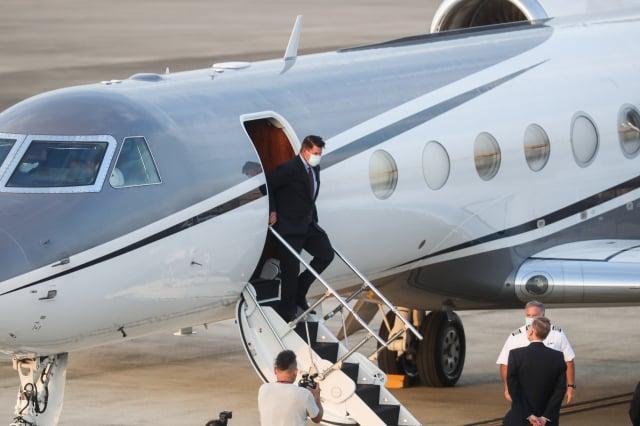 美國國務次卿柯拉克(Keith Krach)(左)17日率團訪臺,所搭乘的「灣流五型」商務包機下午5時許降落臺北松山機場,將展開一連串訪問行程。(中央社)