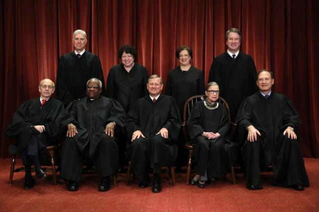 美國最高法院大法官金斯柏格(前排右2)9月18日突然因病辭世。圖為2018年11月30日,美國最高法院九名大法官合影。(Getty Images)