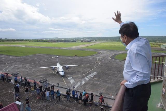 菲律賓白金航空中型螺旋槳引擎客機,21日上午在恆春機場進行包機「空機試飛」,屏東縣長潘孟安特地到場見證首架外國包機試飛。