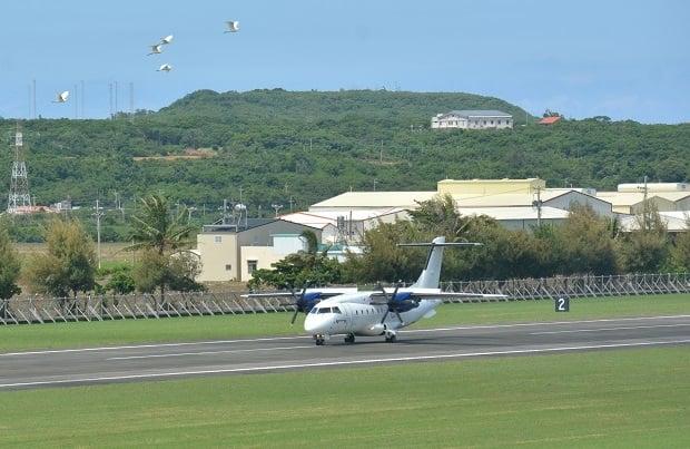 菲律賓白金航空中型螺旋槳引擎客機,21日上午在恆春機場進行包機「空機試飛」。
