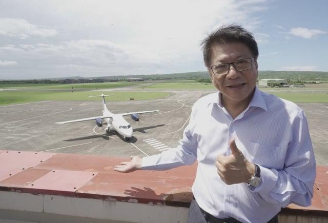 菲律賓白金航空中型螺旋槳引擎客機,21日上午在恆春機場進行包機「空機試飛」。屏東縣長潘孟安特地到場見證首架外國包機試飛。(屏東縣政府提供)