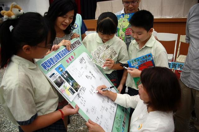 林森國小邀請市長黃敏惠簽署阿里山文化入世界遺產。(嘉義市政府提供)