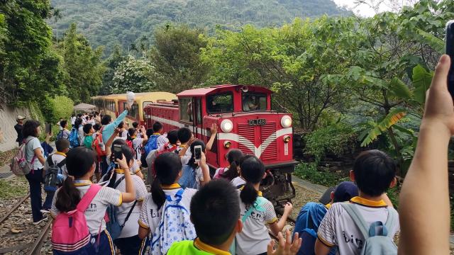 高年級同學在樟腦寮紀錄台灣僅存的折返式車站。
