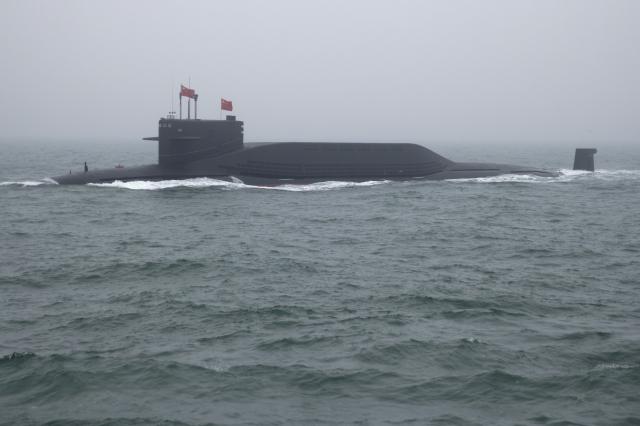 中共為了發展「第二次核打擊」的海基核武能力,須為其戰略核潛艦尋找理想的藏身之處,掌握平均水深1,212公尺的南海,正是中共填海造島的原因之一。圖為中共晉級戰略核潛艦。(MARK SCHIEFELBEIN/AFP via Getty Images)