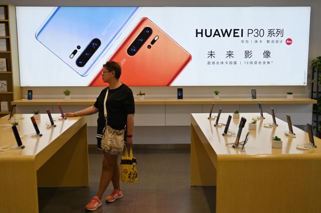 受美國出口禁令的影響,華為2020年的智慧手機年出貨量將比2019年下降三成左右。(HECTOR RETAMAL/AFP via Getty Images)