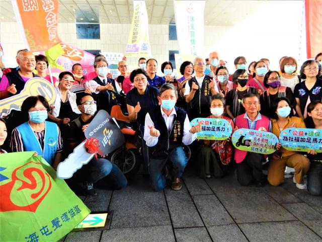 台中市一化工企業24日捐贈50部電動機車,提供台中市50個社會福利團體使用。(記者黃玉燕/攝影)