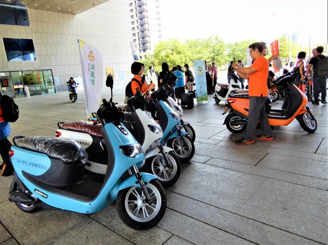 企業24日捐贈50部電動機車,提供台中市50個社會福利團體使用。