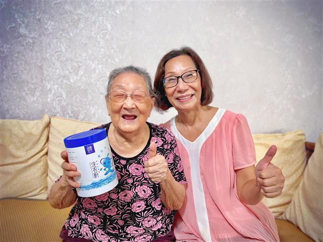 高齡百歲的李奶奶和女兒如今都已成為魚樂的鐵粉。(高莉采/攝影)