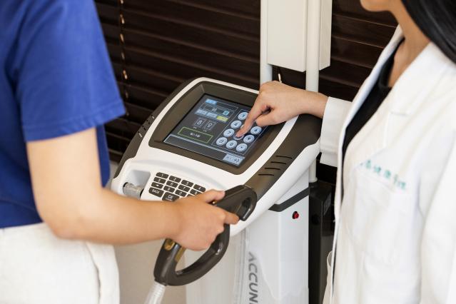 國泰台北會館產後護理之家獨有的「身體組成分析儀」,檢測體內的肌肉、水分、脂肪等數值,營養師再藉由數據調整產後媽媽的飲食內容。(國泰健康管理提供)