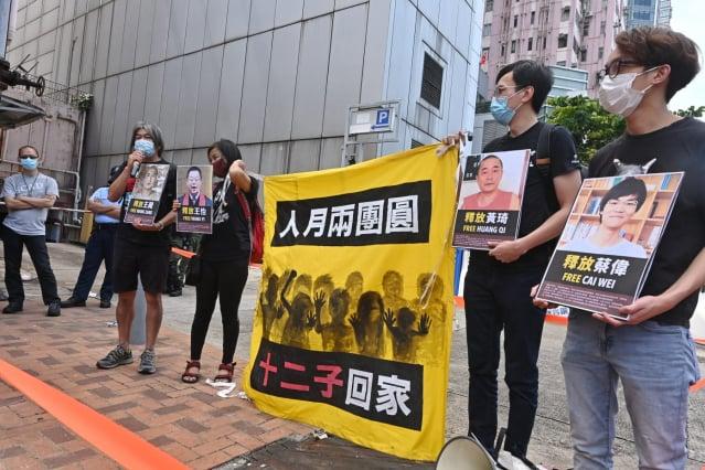 美國首次將香港列入年度難民接納計畫。此舉是華府針對《香港國安法》採取的一系列行動之一,該法正威脅著香港的民主運動人士。圖為10月1日國殤日,香港民主人士到中聯辦抗議,要求釋放「送中十二子」。(記者宋碧龍/攝影)