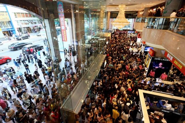 號稱「周年慶風向球」的臺北南西店一開店就湧入大量人潮。(新光三越提供)