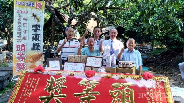 二水鄉青農李東峰(後排)榮獲今年蜂蜜頭等獎。(記者謝五男/攝影)