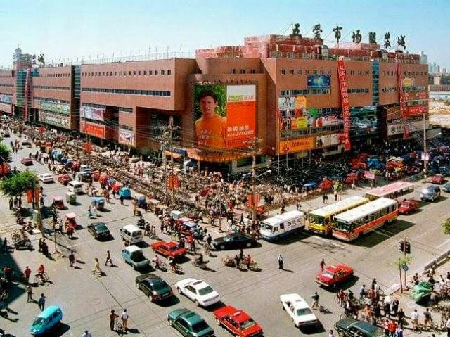 2002年于洋在瀋陽五愛服裝城,擺脫中共警察非法抓捕。(于洋提供)