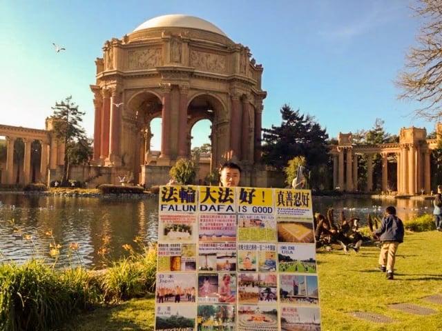 于洋在舊金山灣區藝術宮(展板是從泰國帶來的)。(于洋提供)