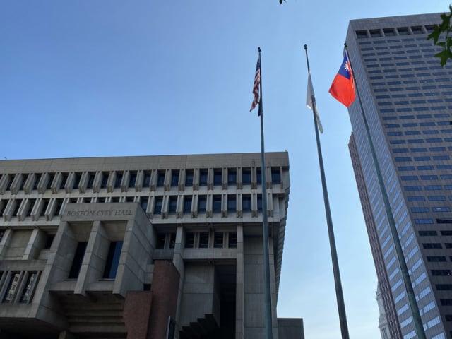 波士頓市政府慶祝我國雙十國慶,美東時間10日在市府廣場升起青天白日滿地紅國旗。(駐波士頓辦事處提供)