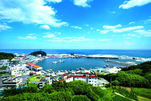 從洛山眺望前津港一帶,小型漁船群聚於小港口,也能感受到濃濃的漁村風情。(江原道襄陽郡提供)