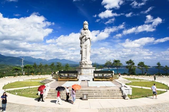 洛山寺神仙峰上,名聞遐邇的海水觀音像。(江原道襄陽郡提供)
