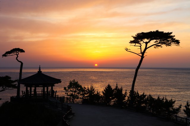 在義湘臺上欣賞「襄陽八景」之一的壯麗日出。(江原道襄陽郡提供)