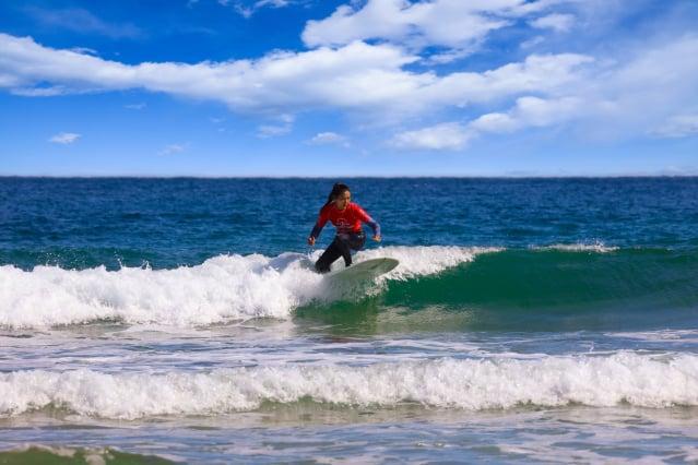 襄陽郡海水浴場林立,每年夏天會吸引100萬以上慕名而來的遊客。圖為海邊衝浪者。(江原道襄陽郡提供)