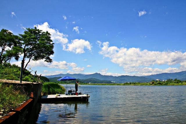從雪嶽山上流下的南大川,在出海口形成一片湖水,漁產豐富。(江原道襄陽郡提供)