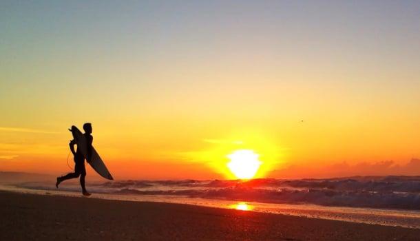 在海邊享受關東八景之一的襄陽日出。(江原道襄陽郡提供)