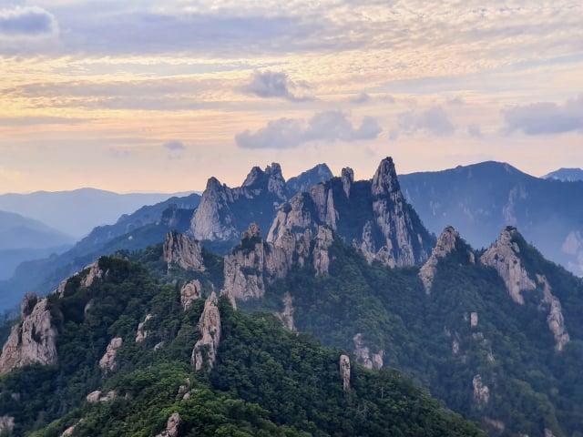 雪嶽山國立公園著名的恐龍山脊。(Taewangkorea/維基百科公有領域)