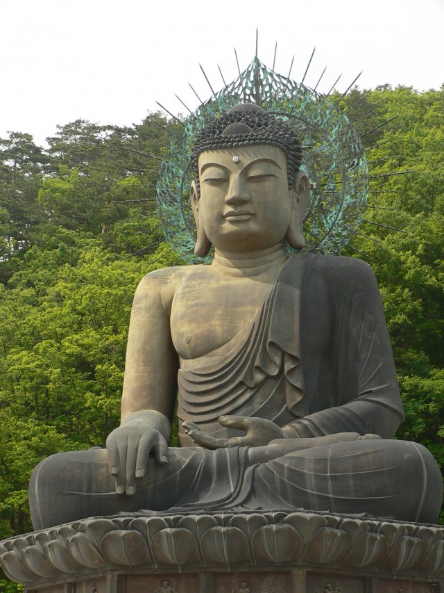 新興寺中有一座青銅大佛,高14.6公尺。(Nagyman/維基百科公有領域)