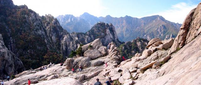 權金城座落於山勢陡峭的突山上,高約800公尺。(Steve46814/維基百科公有領域)