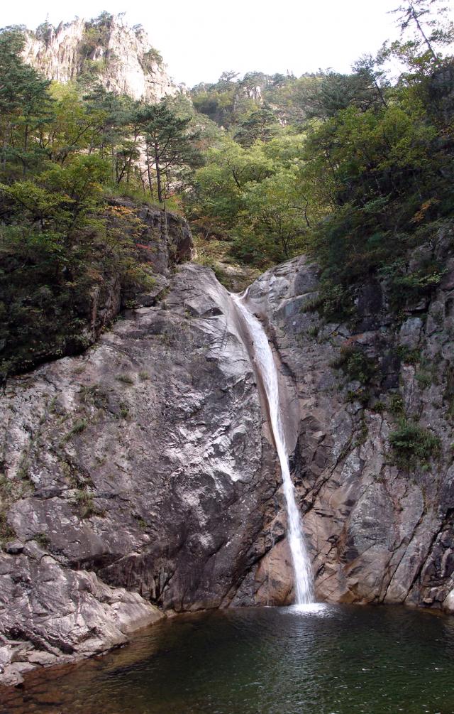 飛龍瀑布因其宛若巨龍騰空躍起,因而得名。(Steve46814/維基百科公有領域)