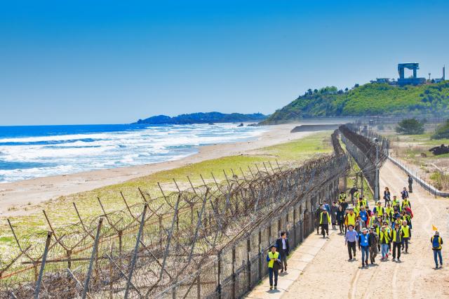 以北緯38度線為界,往南北各延伸2公里的南北韓非軍事區域,又稱DMZ(非武裝地帶)。圖為前往高城統一展望臺(前方高處建築物)的遊客。(江原道高城郡提供)