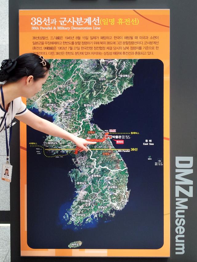 解說員講解南北各2公里非軍事區的分界線的歷史和位置。(攝影/明國)