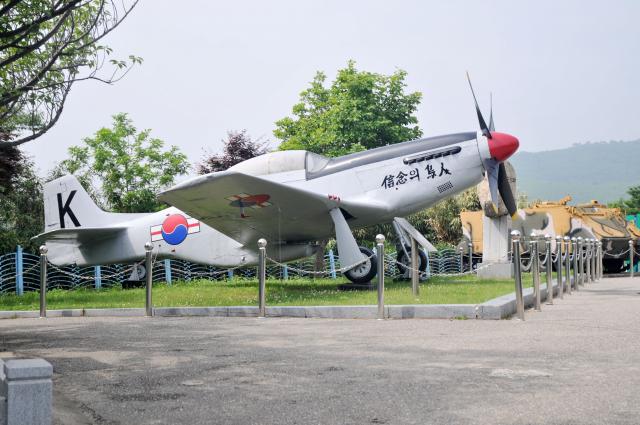 統一展望臺區內停泊著已經退役的戰鬥機。(攝影/明國)