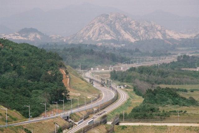 自三八線南韓方向眺望整條東海北部線,該線路與周遭的公路一度開放能通到金剛山觀光地區,這張照片攝於2005年9月。 (Kussy/維基百科)