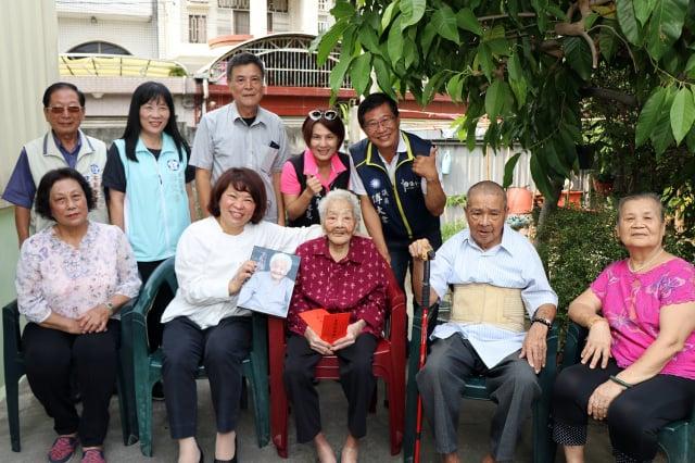 市長黃敏惠與「一市之長」黃白顓及其家人合照。(嘉義市政府提供)