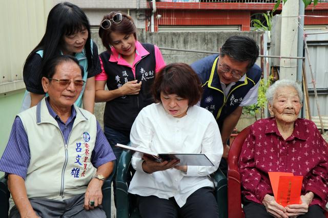 市長黃敏惠看2013年老照片。