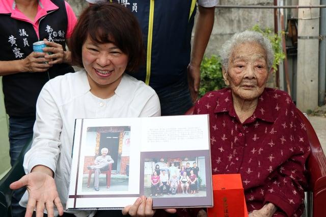 2013年拍攝的照片中阿嬤還翹著二郎腿,展現出爽朗與快樂,現在阿嬤也依然健康如昔。黃白顓女士也是嘉義市女性人瑞當中最年長的。