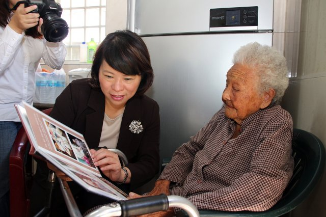 2013年市長黃敏惠在第2任市長任內,時值黃白顓女士滿百歲時訪視黃阿嬤的資料照。
