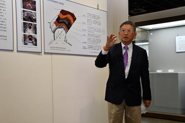 考古專家暨中研院史語所研究員李匡悌,為現場來賓做導覽,說明清大後山青花瓷出土的過程。
