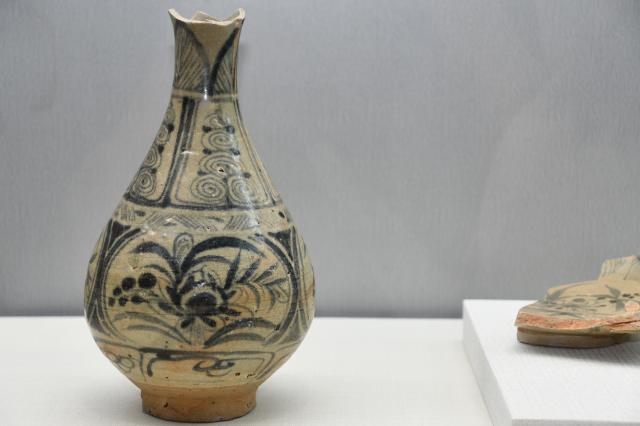青花蓮池紋玉壺春瓶(中國雲南)。(記者賴月貴/攝影)