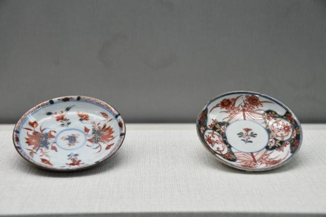 (左)中國仿日本伊萬里瓷盤、(右)日本金襴手樣式花卉紋盛盤。