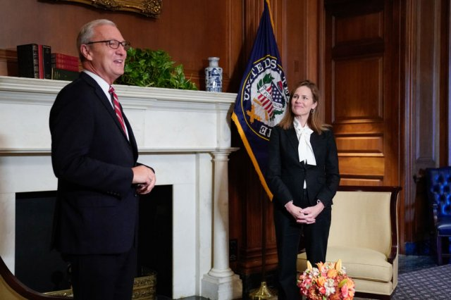 10月1日,最高法院大法官被提名人巴瑞特(右)在國會山莊會見聯邦參議員克芮麥(左)。(Erin Scott-Pool/Getty Images)