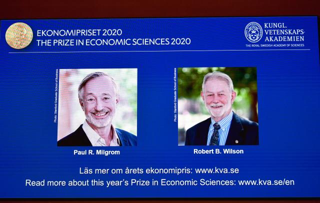 左起美國學者米格羅姆(Paul R. Milgrom)和威爾森(Robert B. Wilson)。( ANDERS WIKLUND/TT News Agency/AFP via Getty Images)