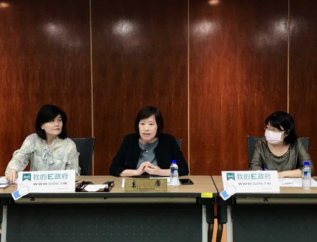 國發會資管處副處長莊明芬(左)與國發會副主委高仙桂(中)。(記者賴意晴/攝影)