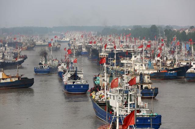 圖為2017年漁船從中國江蘇省東部的連雲港港口出海。(STR/AFP via Getty Images)