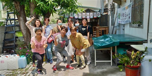 共生宅夥伴與長者到社區製作環保皂。(合勤共生宅提供)