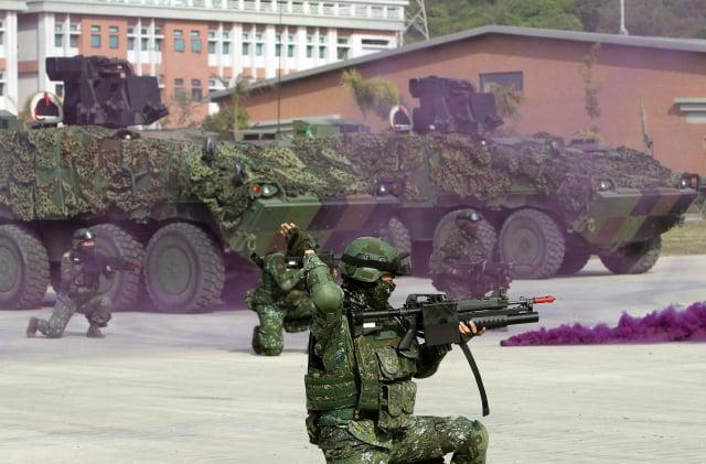 被問到若中共為統一攻打臺灣,有79.8%民眾表示,願意保衛臺灣而戰。圖為國軍的演習。(中央社)